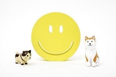 犬と猫の中央にスマイルマーク