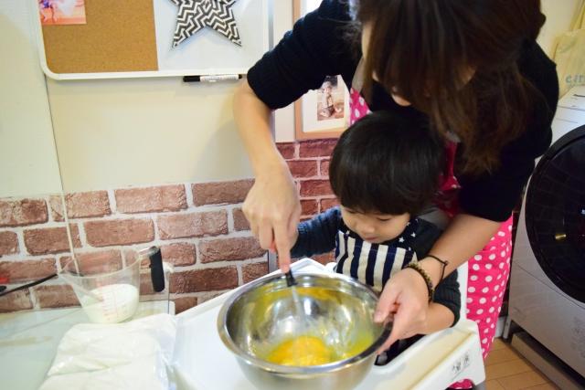 キッチンで料理をする親子
