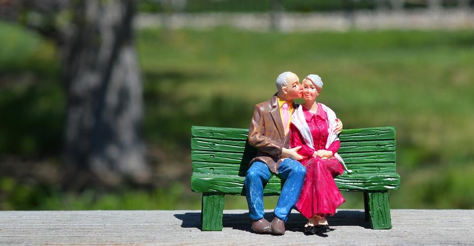 ベンチに座る老夫婦の置物