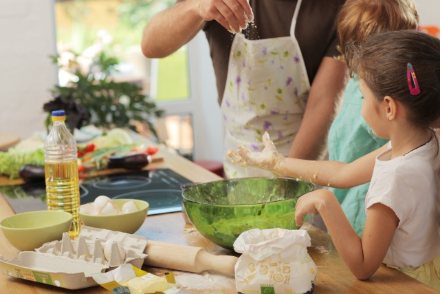 家族で料理を楽しむ
