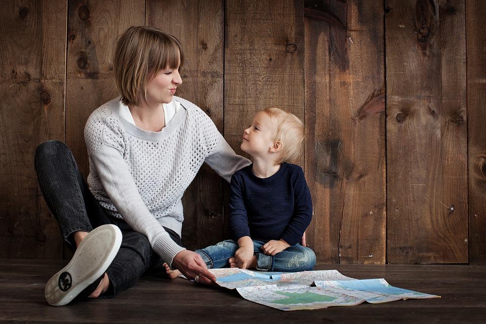笑顔で見つめ合う母親と子ども