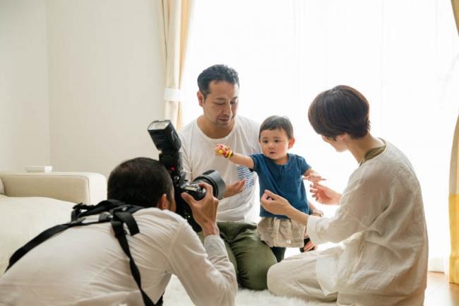 カメラの前でポーズを取る赤ちゃん